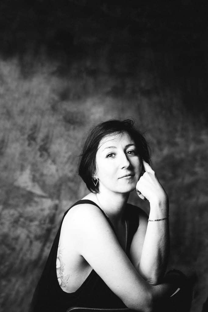 séance photo artistique portrait de femme en noir et blanc studio corinne ballouard photographe bordeaux