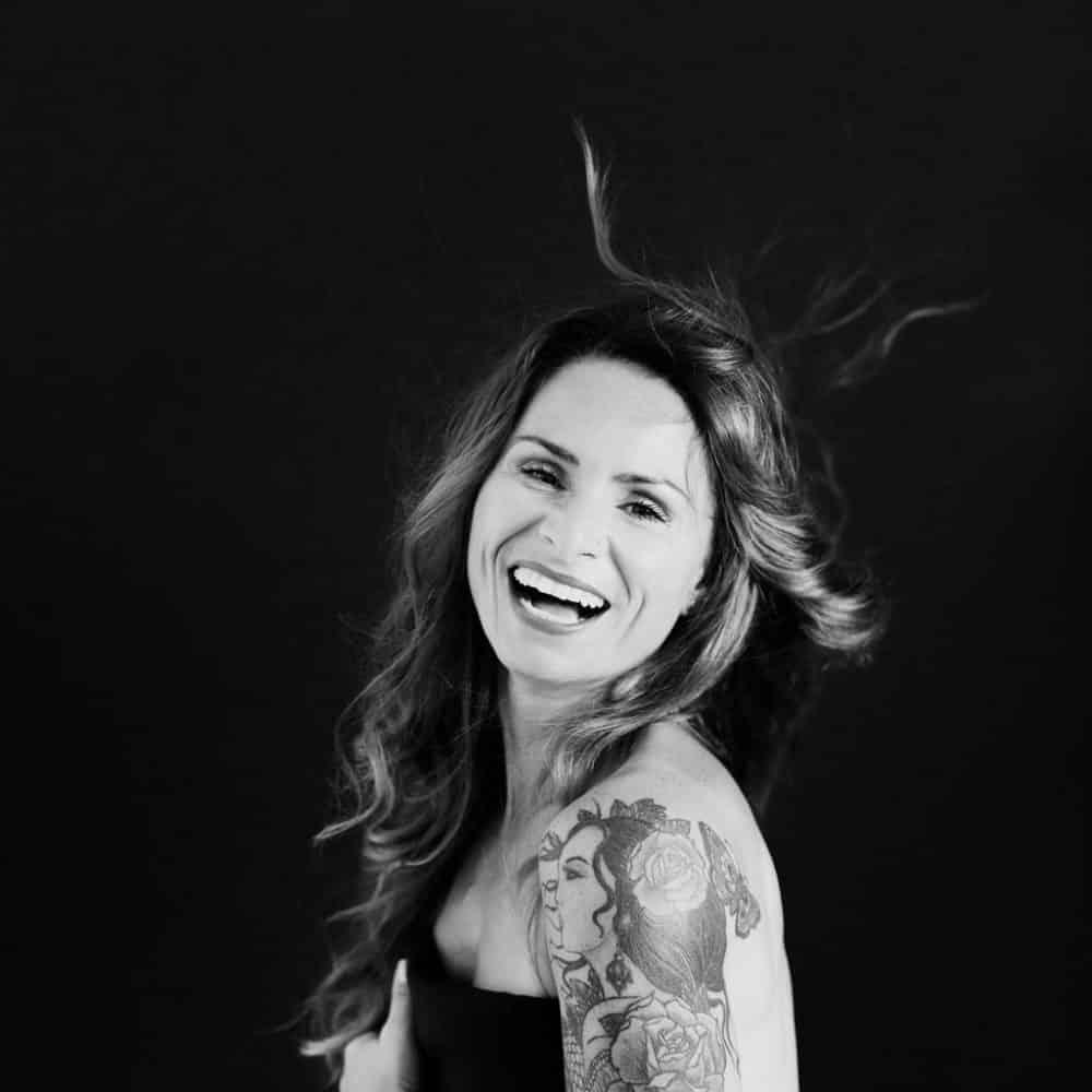 portrait de femme en noir et blanc avec cheveux qui volent studio corinne ballouard photographe bordeaux