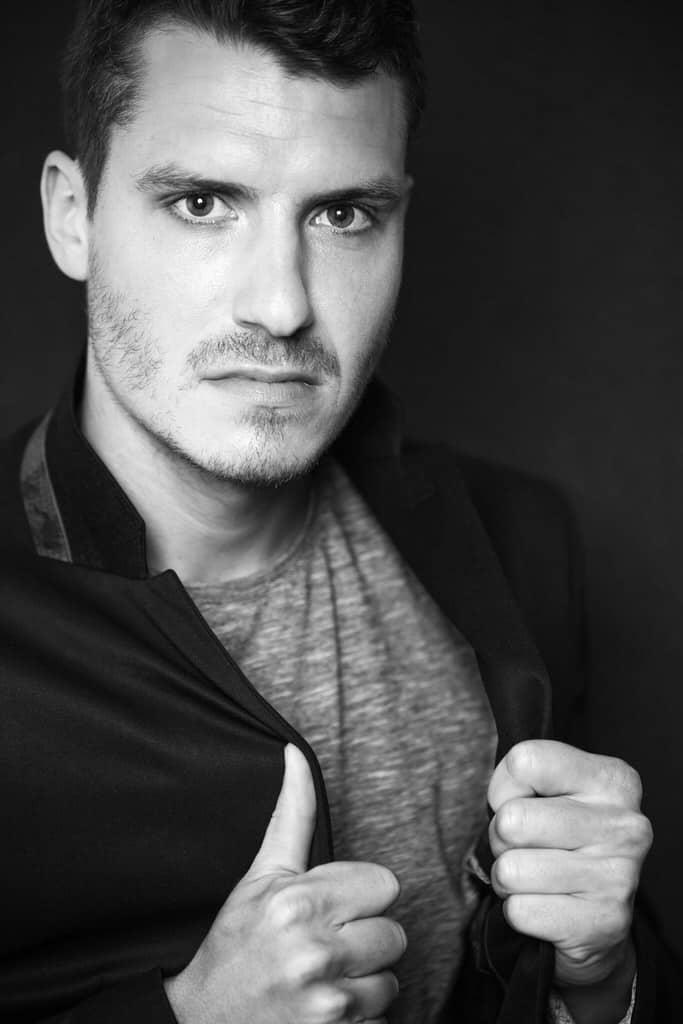 l'art du portrait au masculin noir et blanc plan serré studio corinne ballouard photographe bordeaux