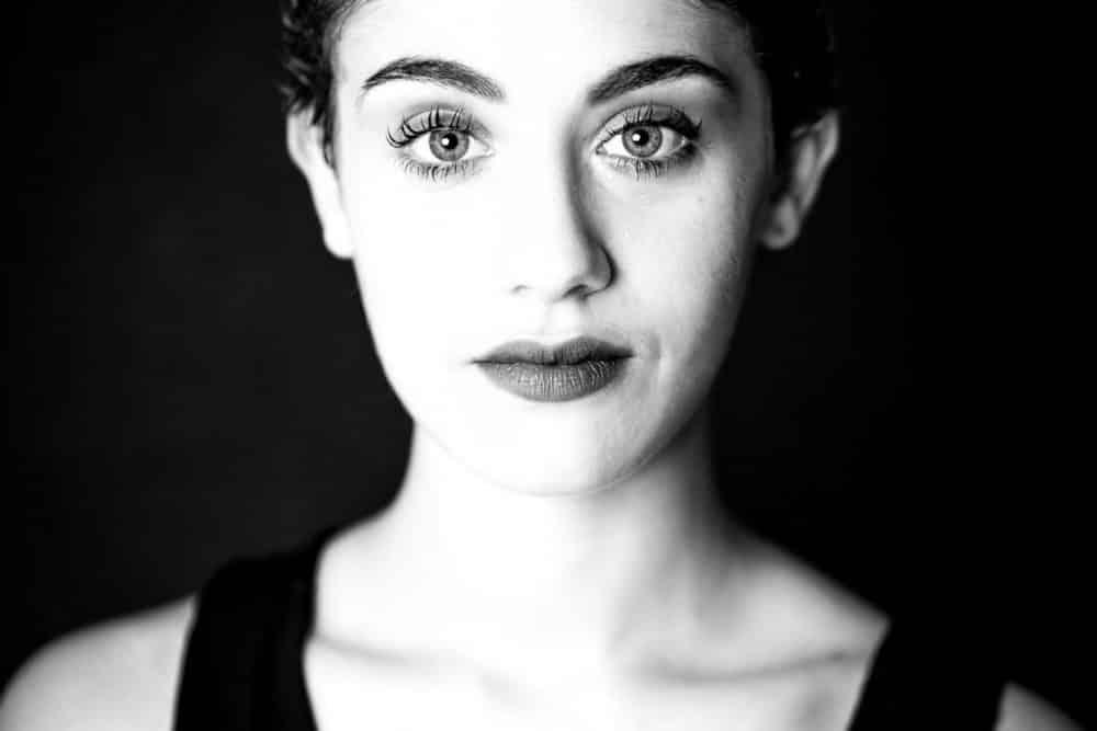beau portrait noir et blanc plan serré femme studio corinne ballouard photographe bordeaux