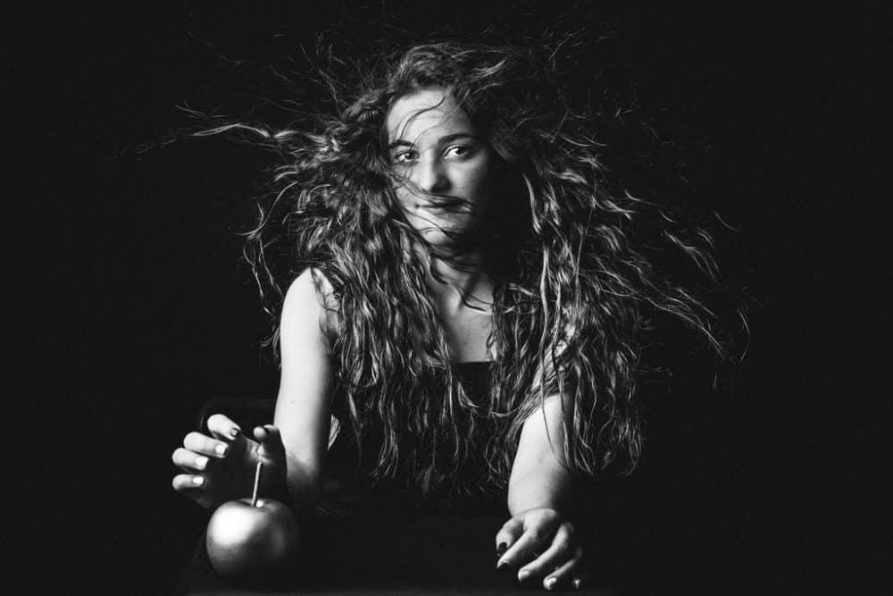 portrait noir et blanc photographie artistique femme cheveux long studio corinne ballouard photographe bordeaux