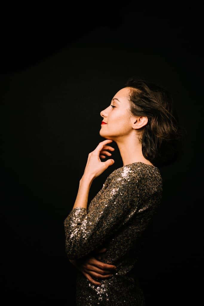 portrait de profil de femme portrait de stars réalisée en couleur et au studio corinne ballouard photographe portraitiste bordeaux
