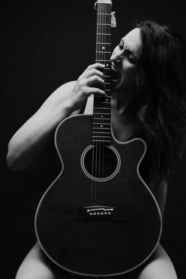 covers en noir et blanc photo de musicienne avec sa guitare